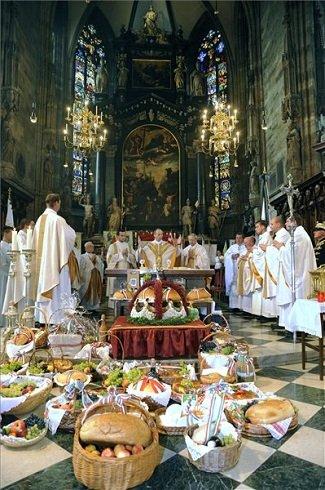 Udvardy György, a pécsi egyházmegye püspöke (középen) megáldja az oltár elé helyezett kenyereket, gyümölcsöket és borokat a Szent István király emlékére rendezett magyar nyelvű szentmisén a bécsi Stephansdom székesegyházban 2013. augusztus 24-én. MTI Fotó: Filep István