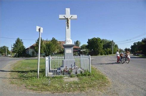 Feszület a Jász-Nagykun-Szolnok megyei Besenyszög központjában 2013. július 12-én. Besenyszög azon tizennyolc település egyike, amelynek városi címet adományozott a köztársasági elnök 2013. július 15-ei hatállyal. MTI Fotó: Mészáros János