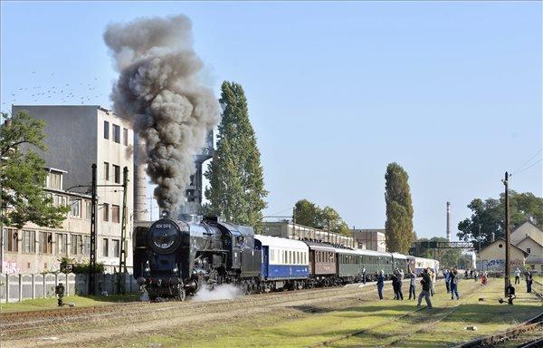 A 424,247-es pakura tüzelésű gőzmozdony által vontatott jubileumi vonat indul Kispest állomásról a Budapest-Lajosmizse vasútvonal 125. évfordulóján 2014. szeptember 28-án. MTI Fotó: Máthé Zoltán