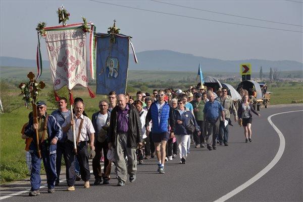 Keresztaljakban vonulnak a zarándokok a Csíki-medencében, Csíkrákos közelében 2015. május 22-én. Az idén május 23-án, a pünkösdvasárnap előtti szombaton rendezik meg a csíksomlyói búcsút, az összmagyarság egyik legjelentősebb vallási és nemzeti ünnepét. MTI Fotó: Máthé Zoltán
