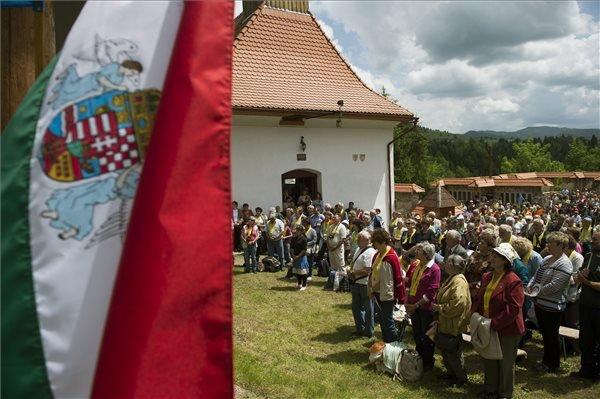 """A csíksomlyói búcsúra tartó Boldogasszony zarándokvonat utasai misén vesznek részt az """"ezeréves határnál"""", a székelyföldi Gyimesbükkön 2014. június 6-án. MTI Fotó: Koszticsák Szilárd"""