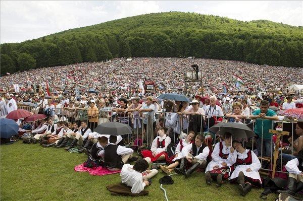 Résztvevők a csíksomlyói búcsún tartott szentmisén a Kis- és Nagysomlyó-hegy közötti nyeregben 2014. június 7-én. MTI Fotó: Koszticsák Szilárd