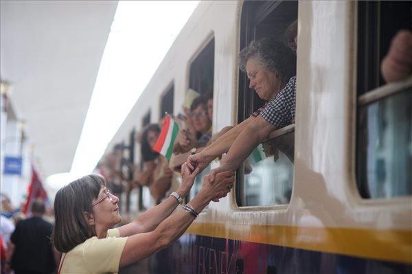 A csíksomlyói búcsúba tartó Boldogasszony zarándokvonat a kolozsvári állomáson, ahol rövid időre megállt a szerelvény 2015. május 21-én. A 15 kocsiból álló zarándokvonaton mintegy nyolcszázan utaznak. MTI Fotó: Biró István