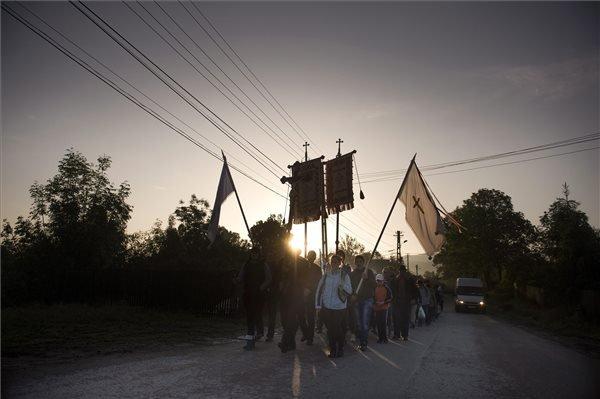 A csíksomlyói búcsúba tartó zarándokok Csíkbánkfalván 2014. június 7-én. MTI Fotó: Koszticsák Szilárd