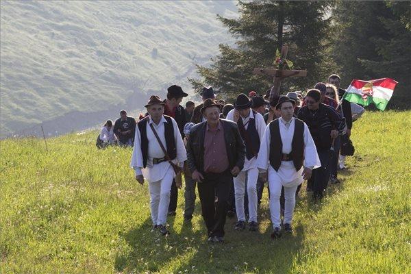 A csíksomlyói búcsúra tartó gyimesi csángó zarándokok Gyimesfelsőloknál 2014. június 7-én. MTI Fotó: Baranyi Ildikó