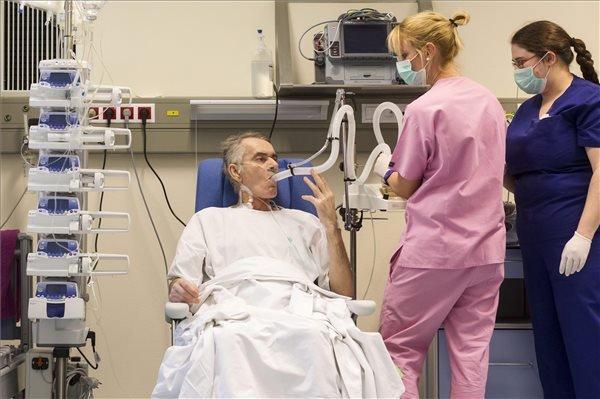 Stumpf Tibor, a Magyarországon első sikeresen végrehajtott tüdőtranszplantáción átesett beteg az Országos Onkológiai Intézetben 2015. december 19-én. A hatórás műtétet december 12-én végezték el, a beteg jól van. Egy 59 éves férfi volt a donor, az ő tüdejét ültették át az 53 éves férfiba. MTI Fotó: Szigetváry Zsolt
