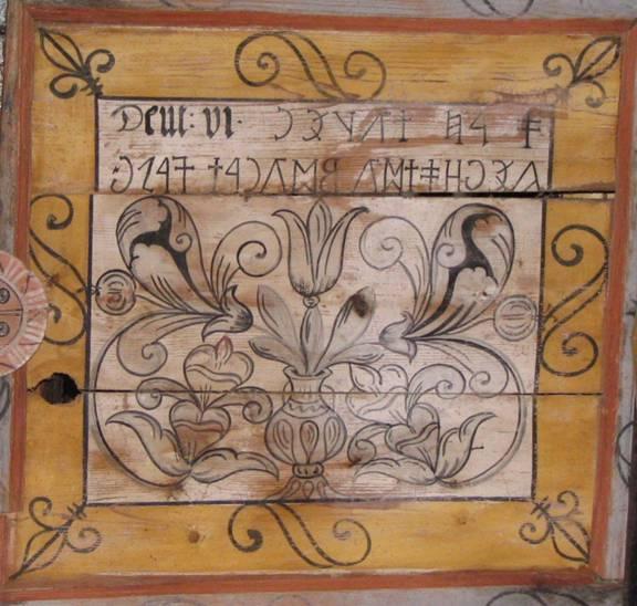 """Az énlakai unitárius templom menyezet kazettájának üzenete - Valószínűleg sokan """"tudják"""", hogy a tulipánt a hollandok terjesztették el Európában és nevét a török turbánról kapta egy félreértés folytán. A hollandus ugyanis a turbánba tűzött virág neve után érdeklődött, ám a török a turbánra értvén ennek nevét mondta. Szép mese, de őseink legkevesebb négyezer éve ismerik a tulipánt olyannyira, hogy ezt a virágot használták a T hang jelölésére. A szó magyar eredeztetése még azt is megmagyarázza, hogy miért. Bővebben: http://osmagyar.kisbiro.hu/modules.php?name=topics&file=nyomtat&cikk=keprovas-4bfe4f533a841"""