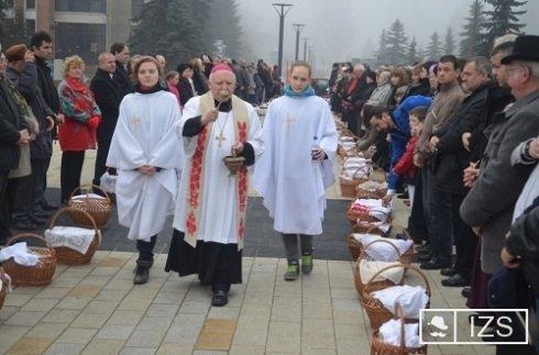 Tamás József püspök szenteltvízzel hintette meg a kosarakat