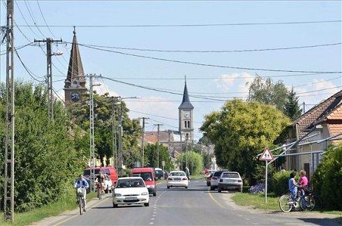 A Jász-Nagykun-Szolnok megyei Fegyvernek főutcája 2013. július 12-én. Fegyvernek azon tizennyolc település egyike, amelynek városi címet adományozott a köztársasági elnök 2013. július 15-ei hatállyal. MTI Fotó: Mészáros János