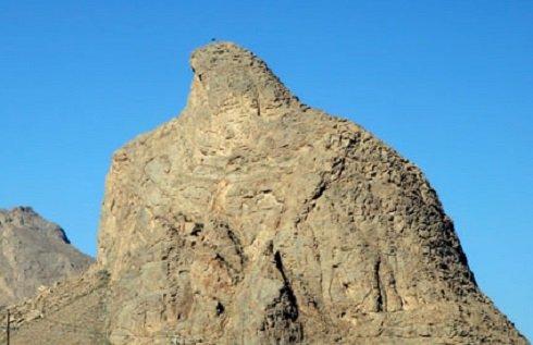 Iránban Sas sziklának, nálunk sokan Turulként emlegetik a Yazd városához közeli, időjárás alkotta madarat.