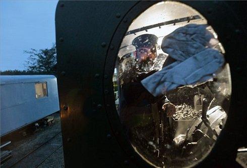 Dani Szabolcs mozdonyvezető megkezdi éjszakai szolgálatát, felkészíti a mozdonyt a másnap reggeli indulásra a fertőbozi fűtőháznál 2013. szeptember 29-én. A Győr-Sopron-Ebenfurti Vasút Zrt. (GYSEV) által üzemeltetett, Fertőbozról Nagycenkre közlekedő kisvasút 492-es sorozatú, András nevű gőzmozdonya a folyamatos üzemben tartás miatt állandó felügyeletet igényel. Éjszakára nem állítják le a mozdony gőzfejlesztő kazánját, óránként kell pótolni az elégett fűtőanyagot, a reggeli indulás előtt pedig be kell olajozni a mozgó alkatrészeket. MTI Fotó: Máthé Zoltán