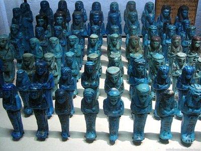 """Ókori """"egyipromi kék"""" szobrocskák."""