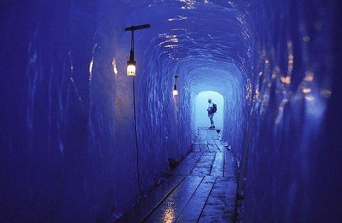 A gleccser alagúton áthaladva biztosan lehűlünk. Igaz, Svájcba kell utaznunk az élvezetért. (Az alagutat minden évben újra kell építeni.)