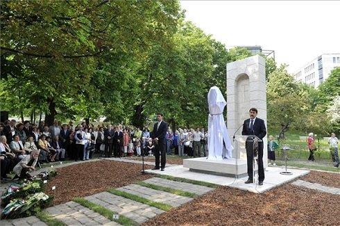Áder János köztársasági elnök beszédet mond gróf Esterházy János szobrának avatásán a fővárosi Gesztenyés kertben 2013. május 15-én. MTI Fotó: Soós Lajos