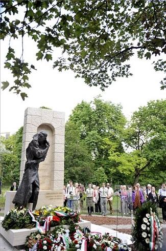 Esterházy János egész alakos bronzszobra, amelyet 2013. május 15-én avattak fel a fővárosi Gesztenyés kertben. MTI Fotó: Soós Lajos