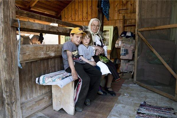 A 81 éves Kánya Virág csángó asszony dédunokáival gyimesi otthonának tornácán 2015. május 22-én. MTI Fotó: Koszticsák Szilárd