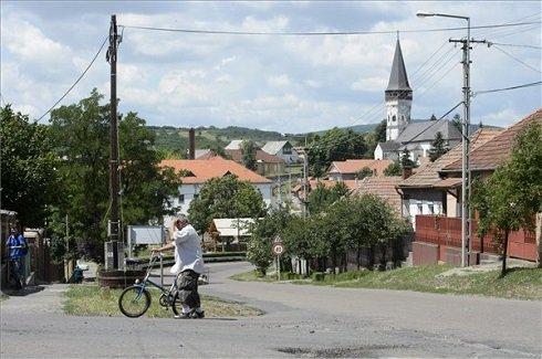 Kerékpáros a Heves megyei Gyöngyöspata főutcáján 2013. július 12-én. Gyöngyöspata azon tizennyolc település egyike, amelynek városi címet adományozott a köztársasági elnök 2013. július 15-ei hatállyal. MTI Fotó: Komka Péter