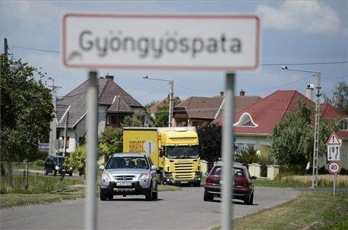 A Heves megyei Gyöngyöspata helységnévtáblája 2013. július 12-én. Gyöngyöspata azon tizennyolc település egyike, amelynek városi címet adományozott a köztársasági elnök 2013. július 15-ei hatállyal. MTI Fotó: Komka Péter