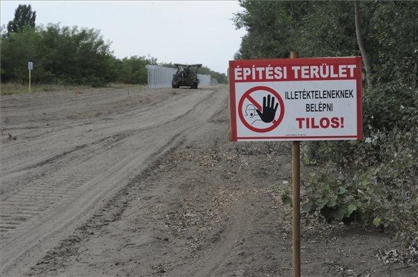 Építési területet jelző tábla és a honvédség BAT-2 típusú lánctalpas buldózere Mórahalom közelében az ideiglenes biztonsági határzár mintaszakaszánál a magyar-szerb határon 2015. július 27-én. MTI Fotó: Kelemen Zoltán Gergely