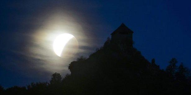 Holdfogyatkozás látszik a salgói vár mellett Salgótarján Salgóbánya városrészéből fotózva.
