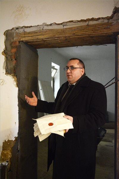 Fodor Gusztáv tiszteletes egy időkapszulában talált iratokat mutat Tiszaszentimrén 2015. január 18-án. A fémdobozt, amely négy, különböző időben datált levelet tartalmazott, az 1780-as években épült parókia felújításakor az egyik régi ajtó kibontásakor találták meg. Az első 1784-es keltezésű, a második 1817-ben, a harmadik 1830-ban íródott, a legkülönlegesebb 1854-ből származik. A kézzel írt dokumentumok elsősorban a parókia építéséről és javításáról számolnak be. MTI Fotó: Mészáros János