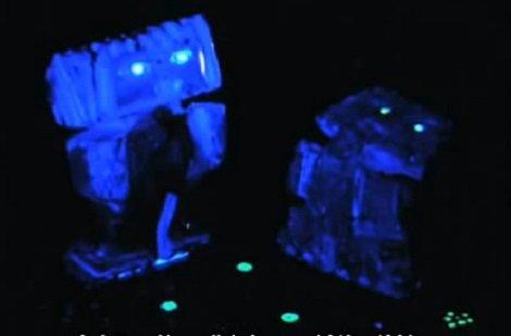 A tálcán a figurák szeme és a csillagkép, hasonlóan más használati tárgyhoz, sötétben, UV fény alatt világít.