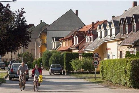 Kerékpárosok a Vas megyei Jánosháza központjában 2013. július 12-én. Jánosháza azon tizennyolc település egyike, amelynek városi címet adományozott a köztársasági elnök 2013. július 15-ei hatállyal. MTI Fotó: Varga György