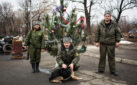 Kozákok állni egy ellenőrzőpont mellett a karácsonyfát (Francesca Volpi)
