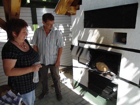 Pap Lóránd és felesége saját, frissen sült kenyéret készít a gulyáshoz
