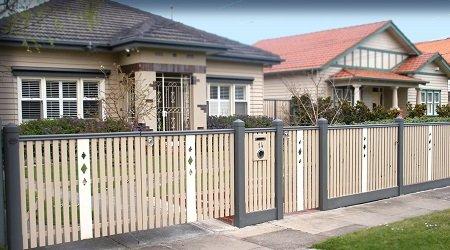 A kerítés fa és fém összetétele, egyszerű formája nem töri meg az összhangot.