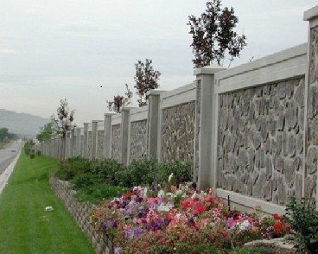 A kő kerítés szinte várfal benyomását kelti. Vajon mit takar?