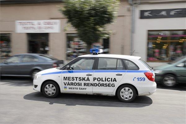 Szlovák és magyar nyelvű felirat a városi rendőrség autóján a szlovákiai Ipolyság központjában.