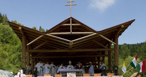 Gyimesbükk, 2015. május 22. A csíksomlyói búcsúra tartó Boldogasszony zarándokvonat utasai misén vesznek részt az Eezeréves Határnál.