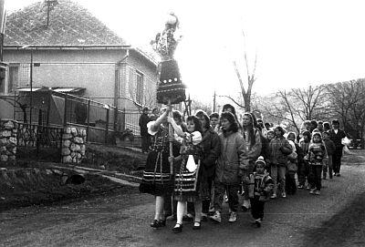 A kiszehajtás, kiszejárás, kiszehordás virágvasárnapi leányszokás a magyar nyelvterület egy részén: Nyitra, Hont, Nógrád, Pest és Heves megye egyes községeiben. A kisze többnyire menyecskének öltöztetett szalmabáb, melyet kici, kiszőce, kicevice, banya néven is emlegettek. A lányok énekszóval vitték végig a falun, majd a falu végén vízbe vetették, vagy elégettek. A bábu a különböző magyarázatok szerint a tél, a böjt, a betegség megszemélyesítője lehetett. A kiszi szó korpából készült savanyú levest, jellegzetes böjti ételt is jelent. Az énekekben szó van a kisze kiviteléről és a sódar, vagyis a húsvéti sonka behozataláról. A kiszehajtást a bábu elkészítése, ruhájának összeszedése előzte meg. Fiatal menyecske ruháját, vagy csúnya, rossz ruhákat aggattak rá. Öltöztetéséhez és viteléhez különböző hiedelmek fűződtek: aki öltözteti vagy elsőnek felkapja, hamarosan férjhez megy; ha véletlenül visszafordul a bábu, attól tartottak, hogy visszajön a betegség a faluba és elveri a határt a jég. Ahol a kiszét vízbe vetették, minden lány egy-egy szalmacsomót dobott a vízbe. Úgy hitték, akinek a szalmacsomója elúszik, még abban az esztendőben férjhez megy. Másutt a vizes szalmacsomóval dörgölték az arcukat, hogy ne legyenek szeplősek és egészségesek maradjanak.