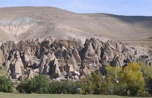 Közel tízezer éves kőházak iránban.