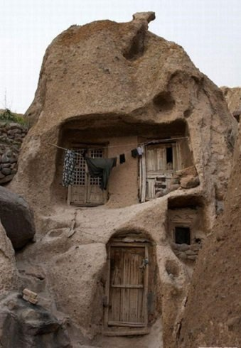 Közel tízezer éves, ma is lakott kőházak iránban.