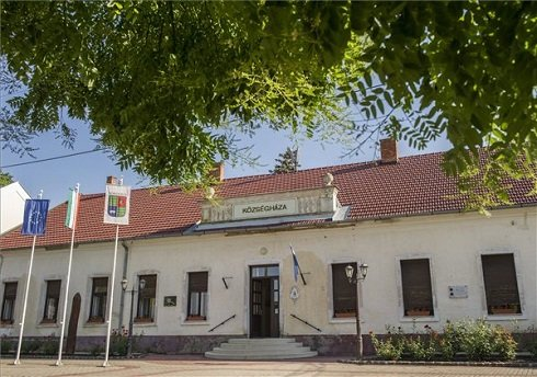A községháza a Békés megyei Kondoroson 2013. július 12-én. Kondoros azon tizennyolc település egyike, amelynek városi címet adományozott a köztársasági elnök 2013. július 15-ei hatállyal. MTI Fotó: Rosta Tibor