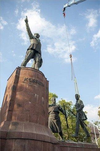 Petőfi Sándor szobrát, a Parlament melletti Kossuth-szoborcsoport egyik tagját emelik le a talapzatáról 2013. július 17-én.