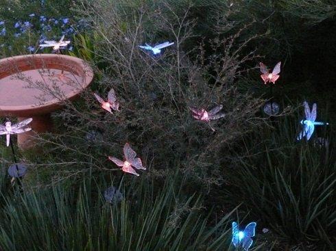 Füvek, virágok közé rejtett apró világító testek sejtelmes, szentjános bogarakra emlékeztető hangulatot árasztanak.