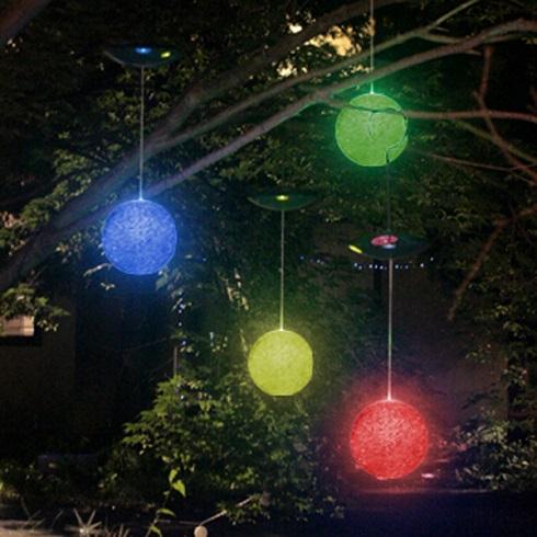 A fák ágain csüngő hatalmas buborék lampionok mérete összhangban áll a fa méretével. A színes buborékok kavalkádja vidám hangulatot áraszt.