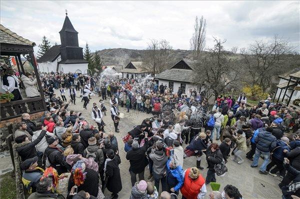 Hollókő, 2015. április 6. Palóc népviseletbe öltözött fiatalok locsolkodnak Hollókőn húsvéthétfőn, 2015. április 6-án. MTI Fotó: Komka Péter