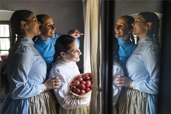 Nyíregyháza, 2015. április 6. A Nyírség Táncegyüttes tagjai Nyíregyházán, a Sóstói Múzeumfaluban, ahol húsvéti szokásokat felelevenítő műsort adtak elő húsvéthétfőn, 2015. április 6-án. MTI Fotó: Balázs Attila