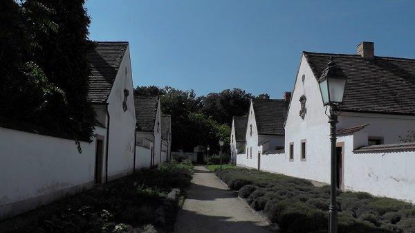 2014. 09. 28. - A remeték kőfallal elválasztott házai - Fotó: Magyar Nő Magazin