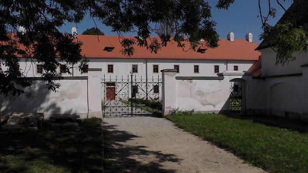 2014. 09. 28. Majk - Az Esterházy kastély bejárata a kamaduli kolostor felől - Fotó: Magyar Nő Magazin