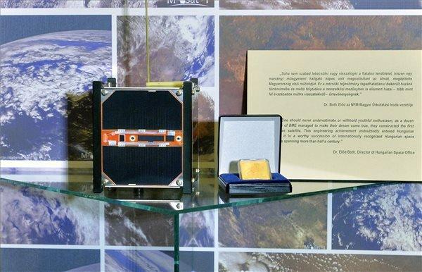 A Masat-1-nek, Magyarország első kisműholdjának a makettje a Magyar Nemzeti Múzeumban (MNM) 2014. november 10-én. A makett a kisműhold alkotóinak ajándékaként, a Masat-1 repülésének ezredik napján került a múzeumba. MTI Fotó: Máthé Zoltán