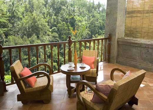 A legkisebb erkélyen is elfér egy kis méretű asztal, legalább két székkel.