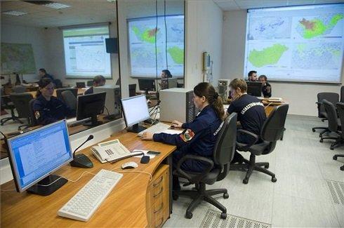Katasztrófavédelmi szakemberek dolgoznak a Nemzeti Veszélyhelyzet-kezelési Központban 2013. június 4-én. MTI Fotó: Koszticsák Szilárd