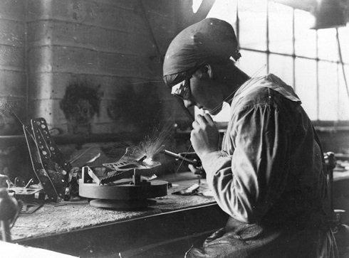 Női munkás egy munkapadnál hegeszt egy fegyvergyárban 1915-ben. Fotó: Hulton (archív felvétel)