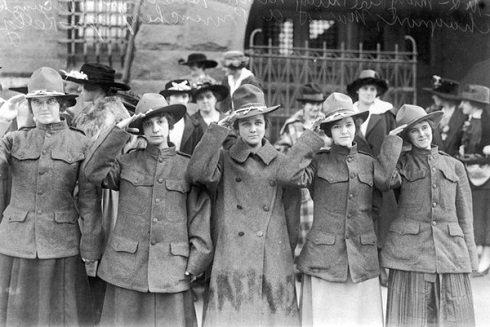 """Amerika első női zászlóalja """"Halál Csapat"""" amelynek megalakulása orosz társaik hatásának köszönhető az I. világháborúban, Lowell városában, Massachusetts államban. Előtte lőszer raktárban dolgoztak: Mary Tully, Nina Hosington, Blanche Chengnon, Marie Provencher and Agnes Kelley. Fotó:"""
