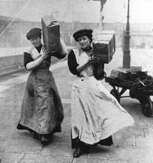 Két nő végez teherhordó munkát Marylebone állomáson, Londonban, 1915-ben. Fotó: Hulton (archív)